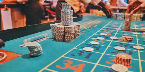 Kolme suosituinta pokerimuunnosta verkossa pelattavaksi